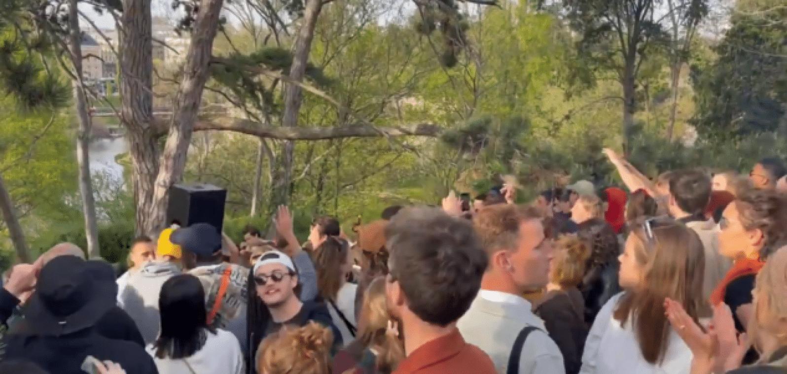 Une fête se déroule aux Buttes Chaumont malgré la crise sanitaire