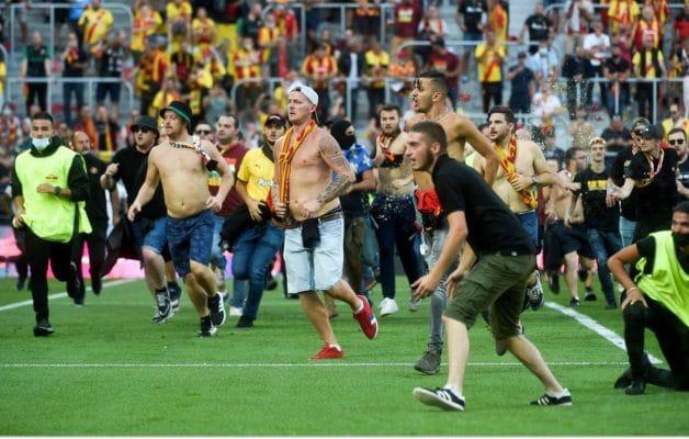 En plein match, les supporters de Lille et Lens se sont bagarrés sur la pelouse